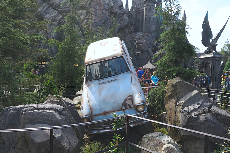 wizarding-world-harry-potter-hollywood-flying-ford-anglia-car