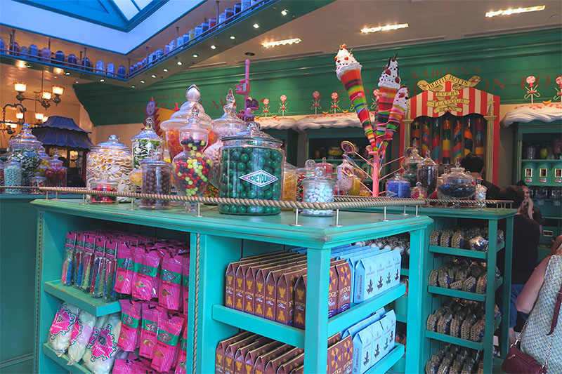 wizarding-world-harry-potter-hollywood-honeydukes-sweets-candy-shop-interior